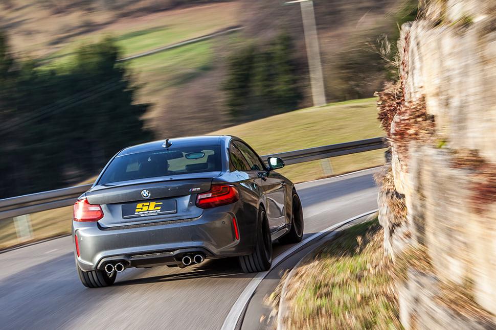 Mit dem ST XTA plus 3 Gewindefahrwerk sprechen wir speziell BMW M2 Fahrer an, die eine Lösung für das Spagat einer sportlichen Fahrwerkabstimmung mit ausgezeichneten Handling-Eigenschaften und ausreichendem Abrollkomfort in Verbindung mit Sportreifen für seriennahe Straßenautos suchen.